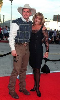 Garth brooks and sandy mahl the college sweethearts married on may 24