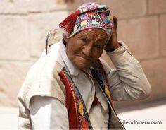 Poblador de Pisac, vestido con tejidos propios de la zona.  Cusco, Perú