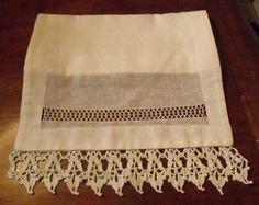Camino de mesa de Lino   Deshilado con hilo y aplicación de crochet.1.80 x 36 cm.