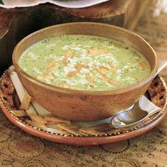 Sopa de Cilantro Ingredientes: 2 tazas de leche  2 hojas de laurel  2 cucharadas. de mantequilla sin sal  1 cdta. cártamo o aceite de canola  1/3 de cebolla blanca, picada en trozos  3 cucharadas. harina para todo uso  2 manojos de cilantro fresco, tallos principales eliminado  Caldo de pollo 4 tazas  1/4 cdta. pimienta blanca recién molida  Sal de mar al gusto  1/2 taza de crema o nata  1 taza de totopos (ver receta relacionados a la izquierda)  1/4 libra de queso fresco, desmenuzado