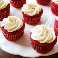 Classic Christmas Red Velvet Cake, Red Velvet Christmas Cupcake, Christmas Dessert, Christmas Cupcake Recipe #christmas #food #cake www.loveitsomuch.com