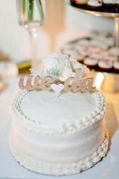 white wedding cake. Ideia para topo de bolo e decoração de um simples bolo de casamento com flores naturais.