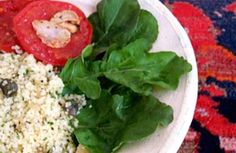 Salada de cuscuz marroquino com tomate, alcaparras e rúcula | Panelinha - Receitas que funcionam