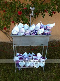 Conos de papel decorado para los pétalos de la ceremonia · Decoración, @Colores de Boda®