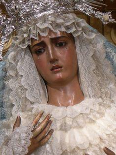 Nuestra Señora de la Hiniesta. Con corona de plata dorada. El palio y el manto son de terciopelo azul bordados en plata por Juan Manuel Rodríguez Ojeda. La talla es obra de Castillo Lastrucci en 1937.