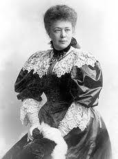 Die österreichische Pazifistin und Schriftstellerin Bertha von Suttner, geborene Gräfin Kinsky von Wchinitz und Tettau, wurde 1843 in Prag geboren, sie starb 1914 in Wien. 1905 wurde Bertha Sophia Felicita Baronin von Suttner mit dem Friedensnobelpreis ausgezeichnet. Aufsehen erregte sie 1889 mit ihrem pazifistischen Rom Die Waffen nieder!. Er machte Bertha von Suttner zu einer der prominentesten Vertreterinnen der Friedensbewegung ihrer Zeit.