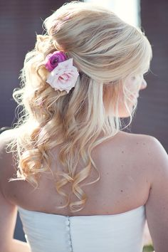 Put roses in your hair the same color as your wedding colors, great idea!