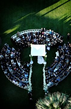 How AMAZING would a round ceremony be?!