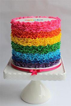 #Rainbow #Ruffle #Cake / regenboog taart gepind door www.hierishetfeest.com