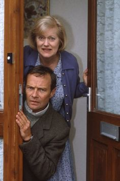 Elizabeth and Emmett. Love these two! (Keeping Up Appearances). Fint skal det være, great tv show, Mrs. Hyacinth Bucket :-) haha, photo.