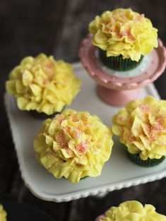 How-to-pipe-frosting-flowers