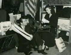 Vivien Leigh knitting