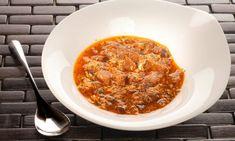Receta de sopa de ajo con huevo, pan tostado y pimientos choricero. Plato de cuchara elaborado por Bruno Oteiza. #sopadeajo #sopa