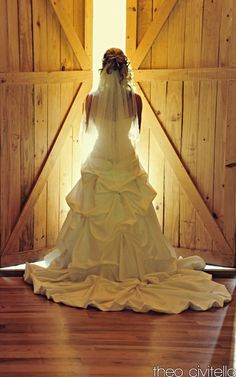 This is a beautiful picture! wedding dressses, the doors, southern wedding dress, barn doors, country weddings, barn weddings, the dress, bride, western weddings