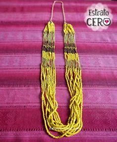 Collar largo amarillo con dorado elaborado con chaquiras.