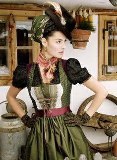 Bluse Klara  Froschberg m. Seidenrock - dirndl with hat and scarf