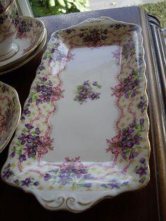 Plat à cake aux bouquets de violettes.