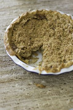 Gluten Free Apple Crumb Pie. For all of your gluten free relatives this Thanksgiving! http://www.rewards4mom.com/sample-thanksgiving-menu-gluten-free/