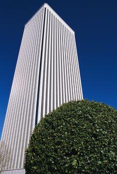 La Torre Picasso fue el gran proyecto arquitectónico de Madrid a finales de los años ochenta del pasado siglo. Para su ejecución contaron con el arquitecto estadounidense de origen japonés Minoru Yamasaki, el mismo que llevó a cabo el desaparecido World Trade Center de Nueva York. De ahí su más que razonable parecido a las Torres Gemelas de la Gran Manzana.