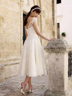 I'm suddenly in love with the idea of a tea length wedding dress for beachy theme.