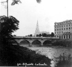 Puente Ortiz, al fondo La Ermita y el Hotel Alférez.