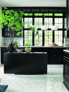 Decora tu cocina con muebles de mader negros y crea contraste con marmol y con un suelo en tonos claros