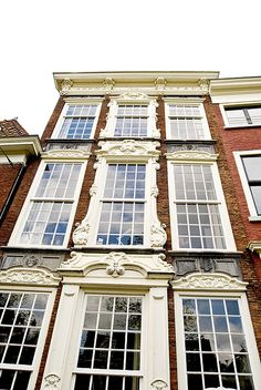 18th century typical Dutch architecture .... narrow and tall .... all had to do with the taxes :)