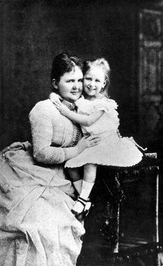 """""""Koningin Emma met de 3-jarige prinses Wilhelmina, 1883."""""""