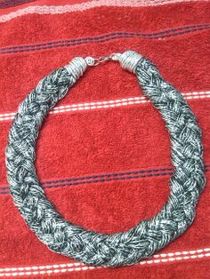 Collar de hilo trenzado