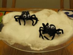 Egg Carton Spiders by toddlerapproved #Kids #Crafts #Spiders #Egg_Carton #toddlerapproved