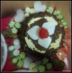 Yöresel yumurtalı bulgur salatasının kalpler,çiçekler arasında şairane sunumu.