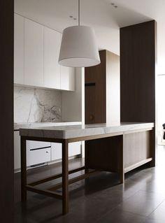 Diseño de cocina moderna con encimera gruesa de mármol blanco