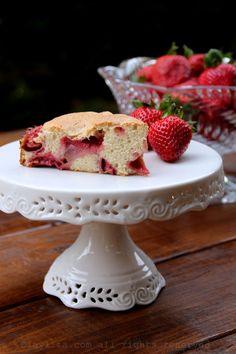 Easy strawberry cake recipe via Laylita's Recipes