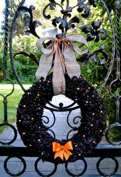 Love this Halloween wreath! | #fall #autumn #decorating #decor #halloween