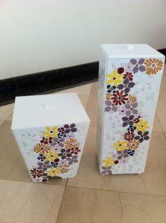 Porta papel higienico e lixinho para babnheiro, base em MDF, com aplicação de mosaico de pastilha de vidro e pintura em tinta PVA. Lixinho 18cm de largura x 22,5cm de altura Porta Papel Higiênico 20cm de largura x 50cm de altura R$ 150,00