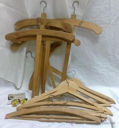 Lote de perchas para armario en madera, 32 €