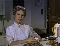Shirley Jones singing in the kitchen