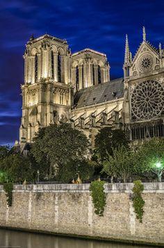 Notre Dame de Paris sur la Seine