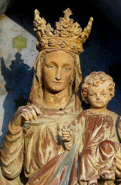 Vierge couronnée à l'enfant.