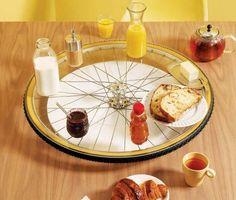 mesa giratória reciclada de uma roda de bicicleta