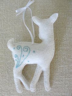 beautifully simple felt deer ornament
