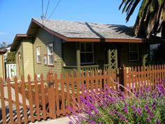 California dreaming...Enjoy an Indian summer house and cat sitting in this cute house in trendy Santa Barbara just 2mins to beach and 90mins to LA.