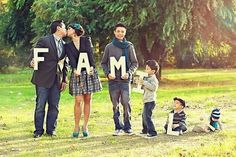32 Wonderful, Creative and Unique Ways To Take A Family Photos. Great inspiration for holiday photos.