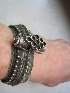 Yemen | Vintage Bedouin hinge cuff from the North of Yemen | High grade silver | ca. early 1900s.