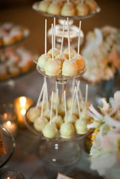 These beautiful cake pops looks so elegant on this tier plate, would be perfectly appropiate to serve at a nice party...