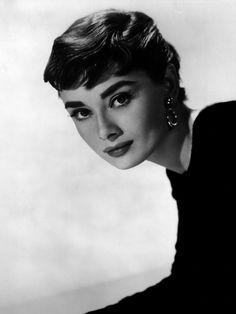 """Audrey Hepburn modelo, atriz e humanista belga, considerada a atriz de Hollywood mais bonita da história. Nasceu em 4 de maio de 1929. Seus principais filmes são """"Bonequinha de Luxo"""" e """"A Princesa e o Plebeu"""", pelo qual recebeu o Oscar de melhor atriz."""