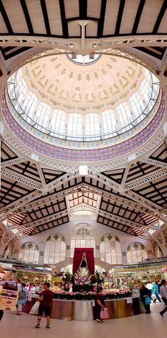 El Mercado Central de la ciudad de Valencia es una construcción de estilo modernista que se empezó a construir en el año 1914. El Mercado Central agrupa a casi 400 pequeños comerciantes, movilizando en la actividad diaria a 1.500 personas. Es el mayor centro de Europa dedicado a la especialidad de productos frescos y un gran atractivo turístico.