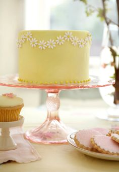 This is so simple, but so cute. And you could make the cake any color, like aqua, pink or whatever your heart desires daisy lemon cake