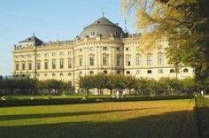 Würzburger Residenz mit Hofgarten im Abendlicht