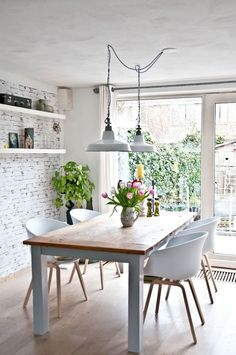 This Skandanavian kitchen is so airy and light! And that white-painted brick wall is equally fabulous. {via @we♥home} /ES